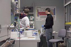 científicos en laboratorio