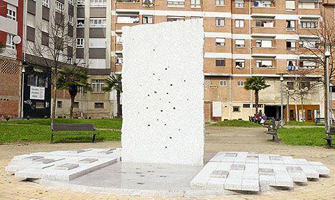Escultura homenaje a las víctimas del franquismo. /Foto: Fusión Asturias