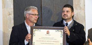 Luis Miguel Montes Arboleya (izqda.) junto al alcalde de Bimenes, Aitor García