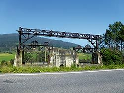 Teleférico que comunicaba la localidad de El Espín con Grandas de Salime en la época de construcción del embalse.