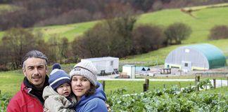 Pablo Pérez, Noelia García y el pequeño Xurde en su granja de gallinas de Boal