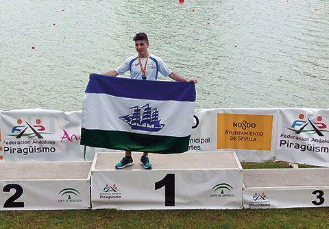 El joven palista del Club Kayak lució la bandera de Foz en el Campeonato nacional celebrado en La Cartuja, Sevilla
