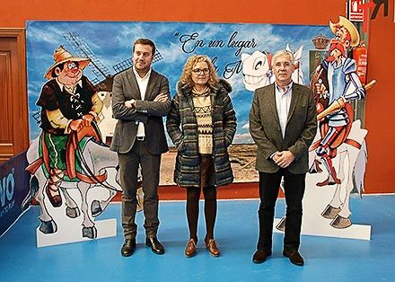 El concejal de cultura, Gonzalo Asenjo, la teniente alcalde Mari Cruz Fernández y el director general de Planificación Lingüística, Fernando Padilla, en la Feria.