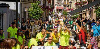 Desfile de participantes en el Descenso por las calles de Navia.