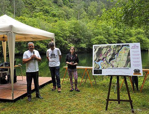 Miguel Mojardín, Manuel Carrero e Inmaculada Méndez en la presentación de la Sociedad, el pasado 18 de junio en el Área Recreativa del Puente de Castrillón