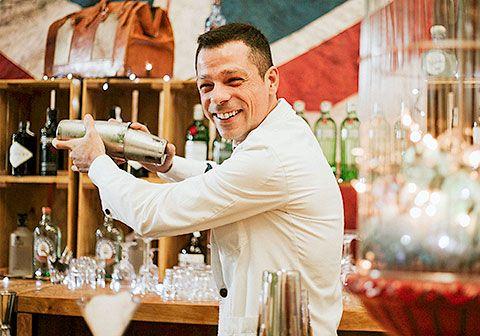Jorge Oliva. Bartender