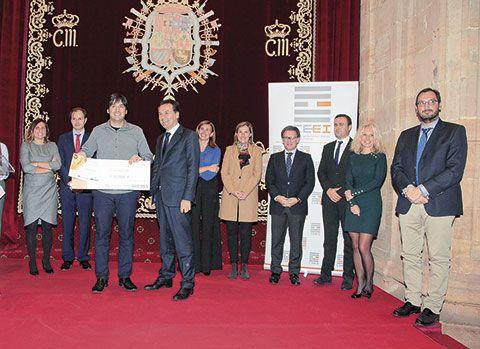 El inventor Diego Rivero Gallegos y el Consejero de Industria, Francisco Blanco, junto a Claudio Hidalgo, de Microviable Therapeutics S.L, acompañados de otras autoridades.