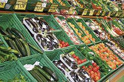 Mostrador de verduras de supermercado