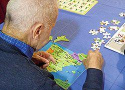 Los juegos, ejercicios de memoria y manualidades contribuyen a mantener la mente activa.