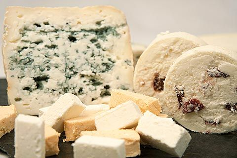 Queso azul, queso de rulo con arándanos y en primer lugar queso Afuega'l Pitu