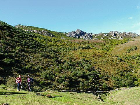 Caminantes en la Sierra de la Manteca, con el Pico L'Urru detrás.