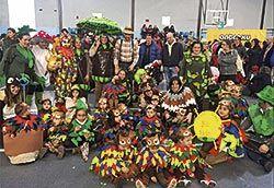 Miembros de la guardería con los niños en el carnaval de Llanera
