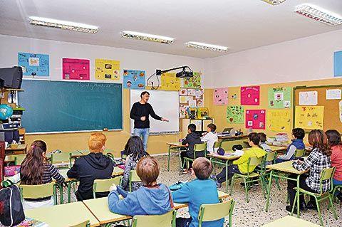 Mr Kelly con algunos de sus alumnos en el C.P. de Morcín.