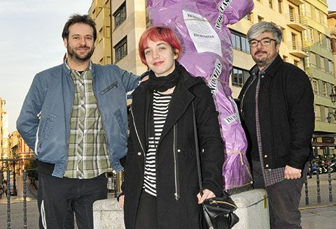 Marcos Suárez, presidente de Cielos Despejados, Julia Menéndez, tesorera, y David Lago, vocal