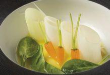 Puerros jóvenes y zanahorias con mayonesa de cocido y ensalada de espinacas, elaborado por Casa Marcial.