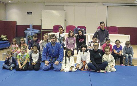 Alumnos en clase de judo