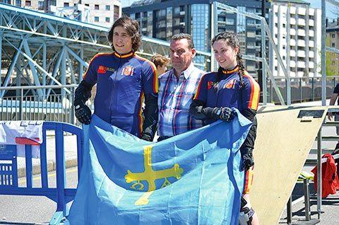 Sergio Méndez con el presidente de la Federación Asturiana D. Jose Sanz Polanco y su compañera de equipo Mª Cristina González. Ambos fueron los dos asturianos miembros de la Selección Española en el Campeonato del Mundo en Alemania
