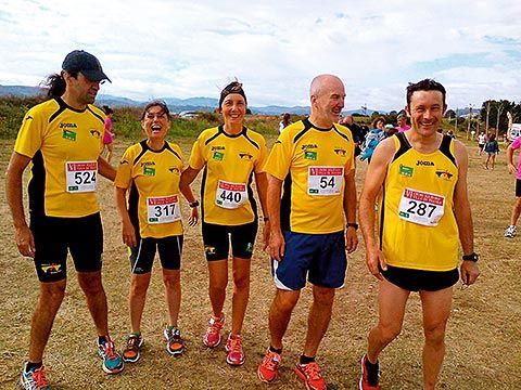 Miembros del Club Atletismo Vegadeo, en Figueras, en la carrera solidaria de la Fundación Sandra Ibarra