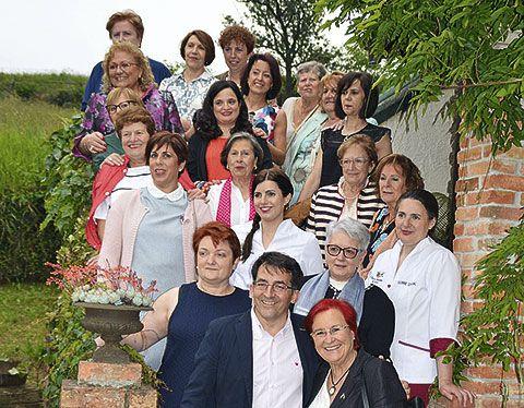 Angel González, coordinador de Yantar, posando con varias integrantes del Club en Casa Telva