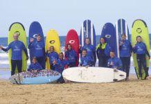 Alumnos de la Escuela de Surf Lampariego (playa de Penarronda)
