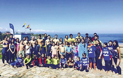 Alumnos de la Escuela de Surf Picante (playa de Tapia)