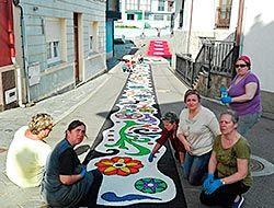 Mujeres del grupo de Estebanda confeccionando las alfombras florales