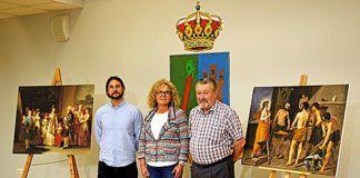 José Carlos Chápuli a la dcha., acompañado de la teniente alcalde de Navia, Mari Cruz Fernández, y el técnico municipal, Simón García, posando con dos de las réplicas