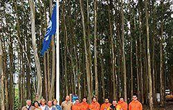 Izado de la bandera azul, en Frejulfe (Navia)