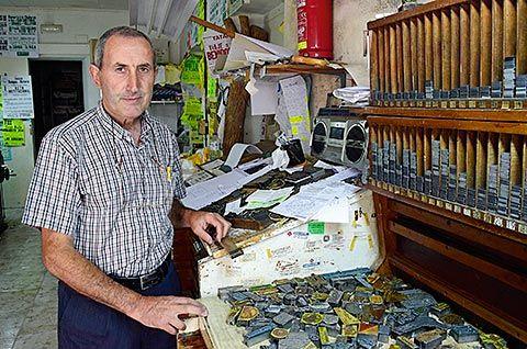 Luis Díaz en su imprenta de Puerto de Vega (Navia)