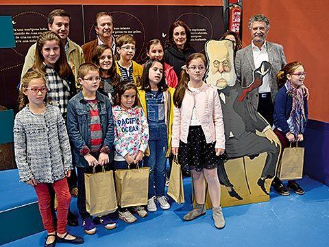 Entrega de premios del X Concurso de Marcapáginas a cargo de representantes municipales y el Premio Planeta 2011, Javier Moro, en la Feria del Libro (Navia)