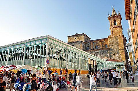 Mercado de El Fontán. Al fondo, Iglesia de San Isidoro el Real (Oviedo)