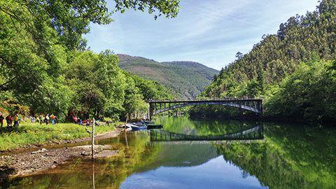 Senderistas en el área Puente de Castrillón con motivo de la inauguración de una nueva ruta