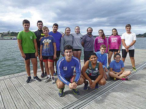 César Quintana con un grupo de jóvenes remeros