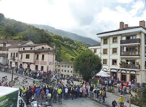 Vuelta Ciclista 2017 a su paso por Riosa
