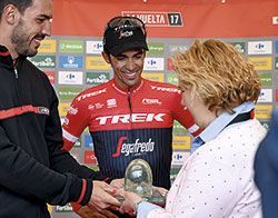 Ana Díaz, alcaldesa de Riosa, entrega el trofeo de Ecovidrio al ganador de la etapa, Alberto Contador