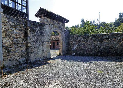 Entrada al Albergue Municipal del Monasterio de San Salvador en Cornellana