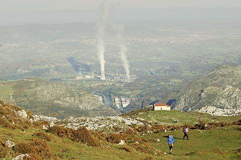 Vista de la central de Soto de Ribera y la ciudad de Oviedo desde el Monsacro (Morcín)