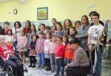 Rosa Fernández, a la dcha.y en cuclillas, con alumnos y profesores de la escuela con motivo del concierto de Santa Cecilia, en Tineo