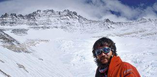 Jorge Egocheaga frente a la pared del Lhotse