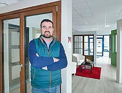 José Luis Llano Murias. Empresario de fabricación de ventanas en el polígono de Río Pinto (Coaña)