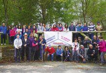 Participantes en el campo de las Virtudes, con motivo de la ruta de senderismo efectuada el pasado mes de abril que dio a conocer una zona interior del concejo poco frecuentada
