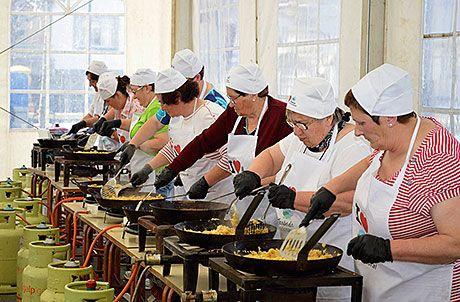 Preparación de las enfariñadas en la I Fiesta Gastronómica en honor a este producto en Trabada, Lugo