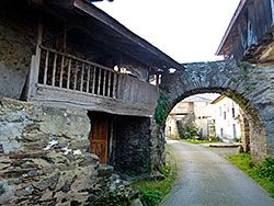Arco en el pueblo de Brieves (Valdés)