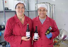 Mónica Fernández y Ricardo Suances en su fábrica de Naviega Cerveza Artesana situada en Andés (Navia)