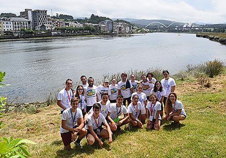 Voluntarios en el Descenso Internacional a Nado de la Ría de Navia