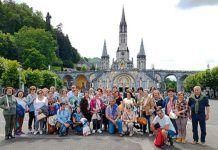 Foto de grupo en un viaje organizado por la Asociación CIMA a Lourdes y Biarritz