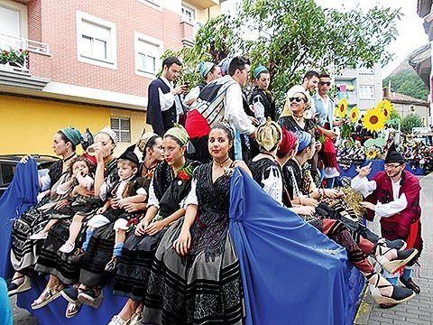 Carroza en el Desfile de la Fiesta de La Peruyal, en Arriondas