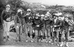 Foto de los descubridores. (Primero por la izda. Jesús Fdez. Malvárez)