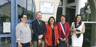 La alcaldesa, Charo Fernández, junto con su homóloga francesa, descubre una placa conmemorativa en Sanguinet, el pasado junio
