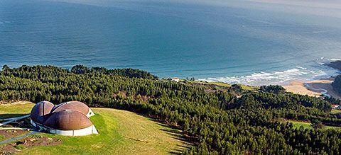 El MUJA y al fondo la Playa de La Griega. Colunga